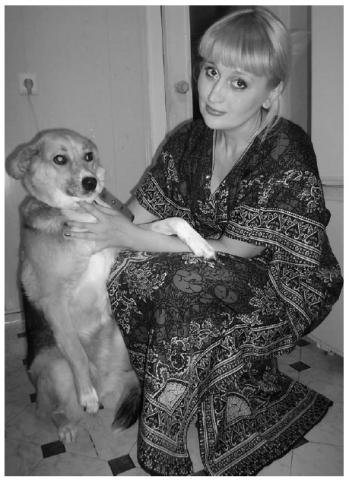 Собачий опекун Наталья Илюшина с единственной оставшей- ся в живых дворняжкой Диной. Псинку бросили дачники, Ната- лья ее выходила. Уже шесть лет они неразлучны.